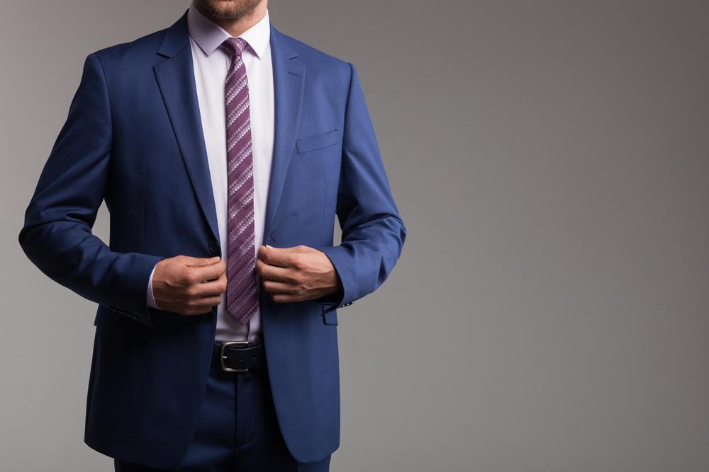 guardarropa minimalista para hombre trajes